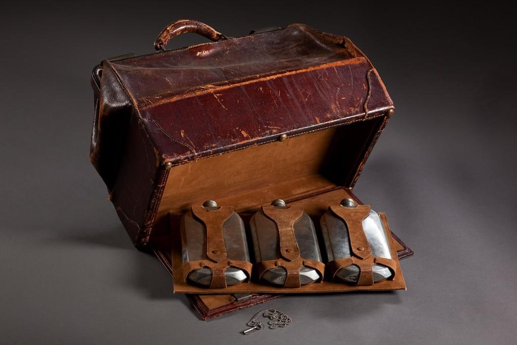 Vintage valise (Eric Jamison / Studio J)