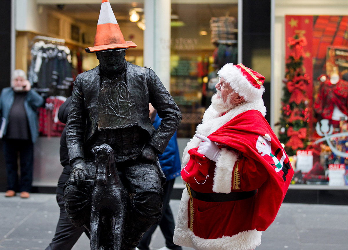 Santa meets a human statue (Andrew Cawley / DC Thomson)