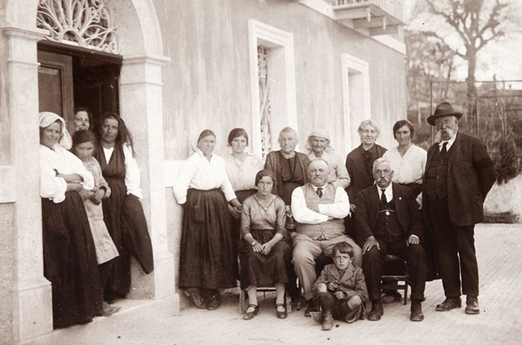 The extended Iannetta clan gathered at the family's Villa Vaccareccia in Belmonte Castello around 1920.