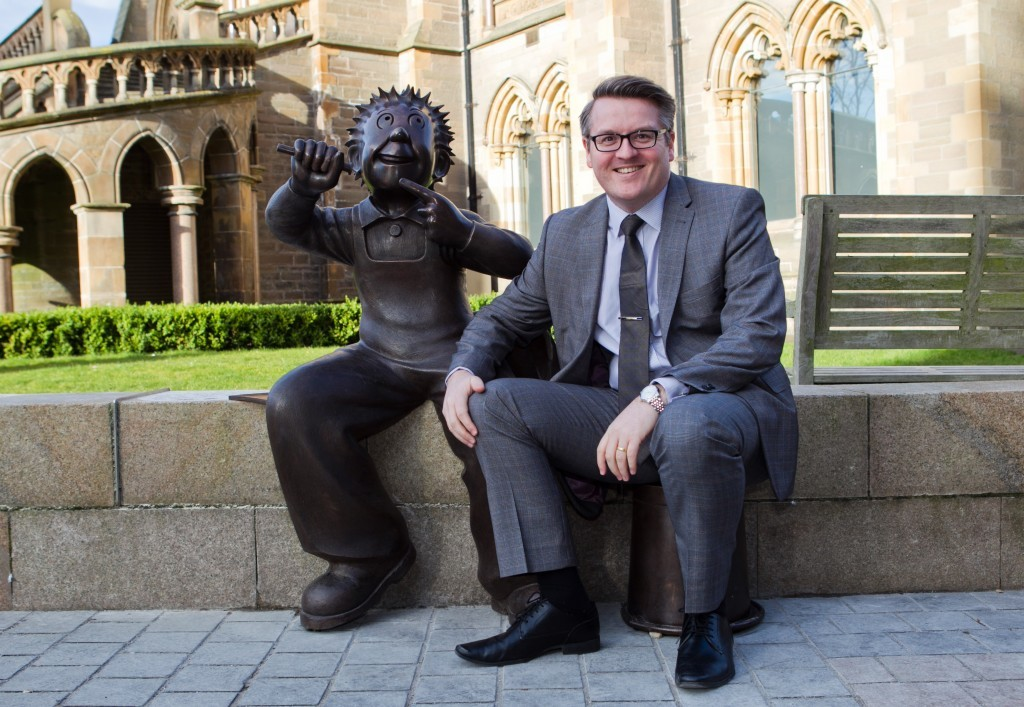 Sunday Post editor Richard Prest with the statue (Andrew Cawley / DC Thomson)