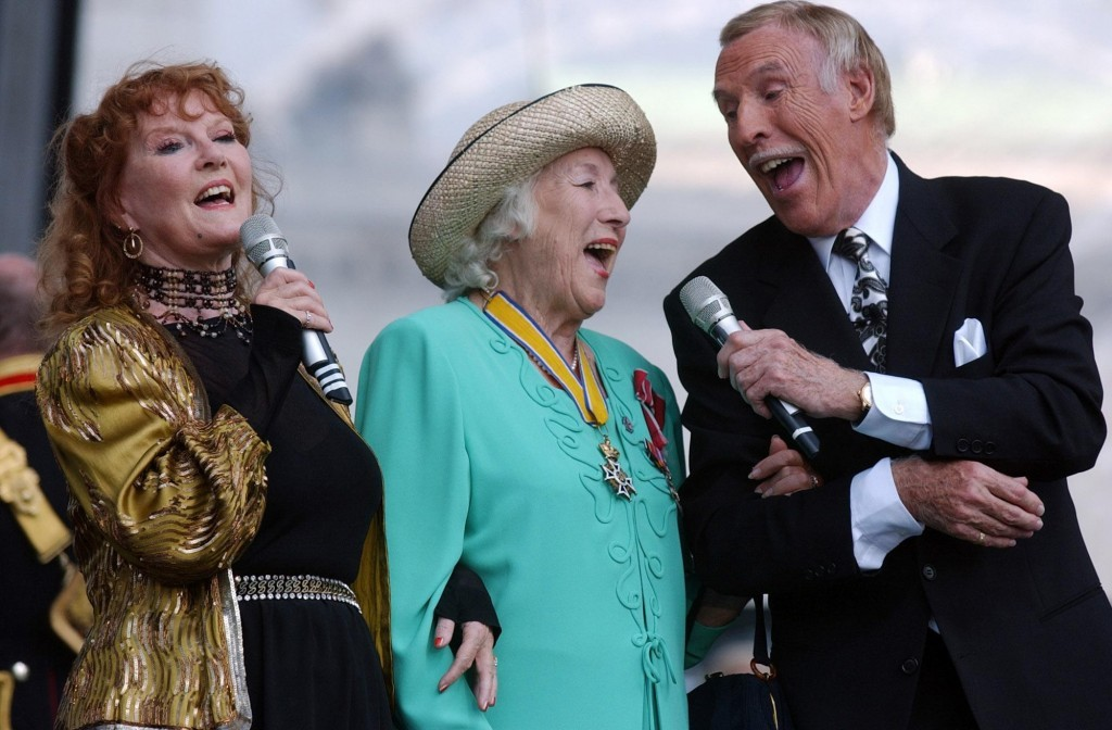 """Dame Vera Lynn (centre) joins Petula Clark (left) and Bruce Forsyth for a rendition of """"We'll Meet Again"""" during a show (Edmond Terakopian / PA Archive)"""