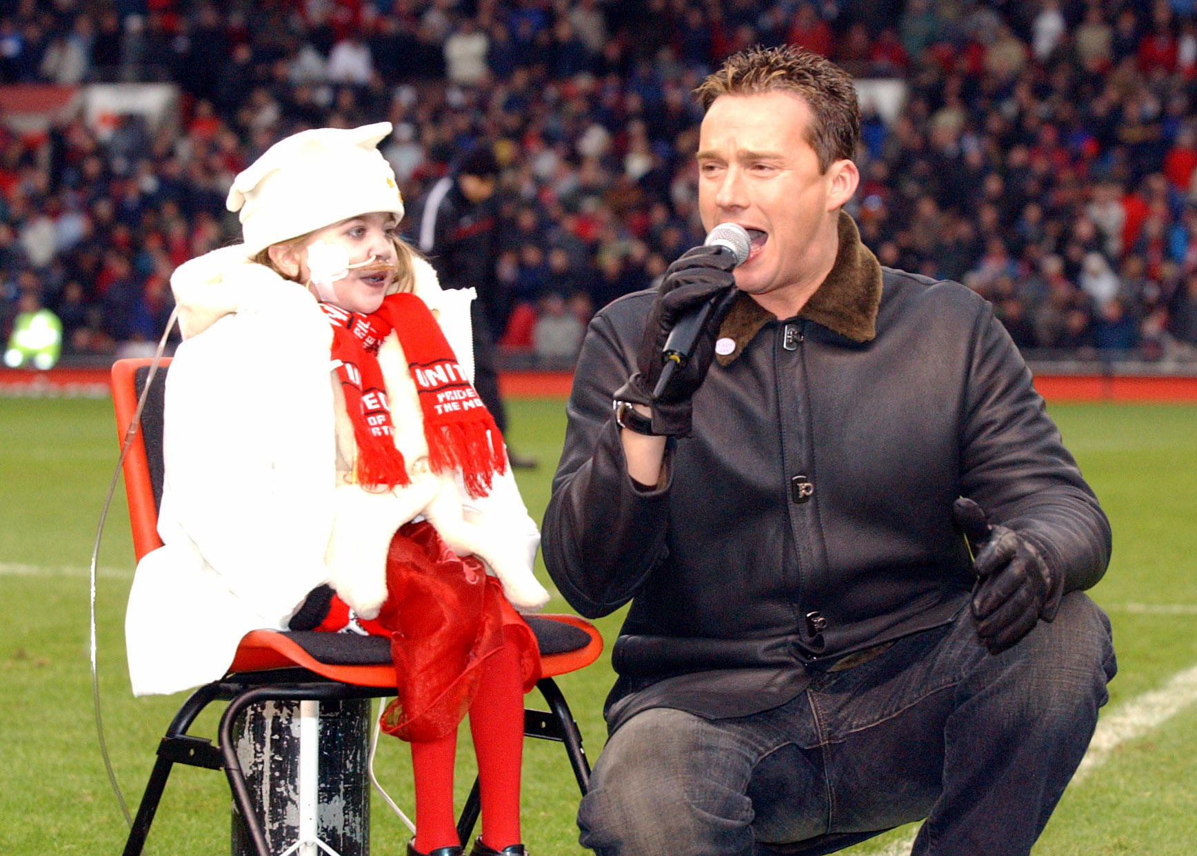Russell Watson sings to Kirsty Howard and the Man Utd fans at half time, for charity (Matthew Peters/Manchester United via Getty Images)