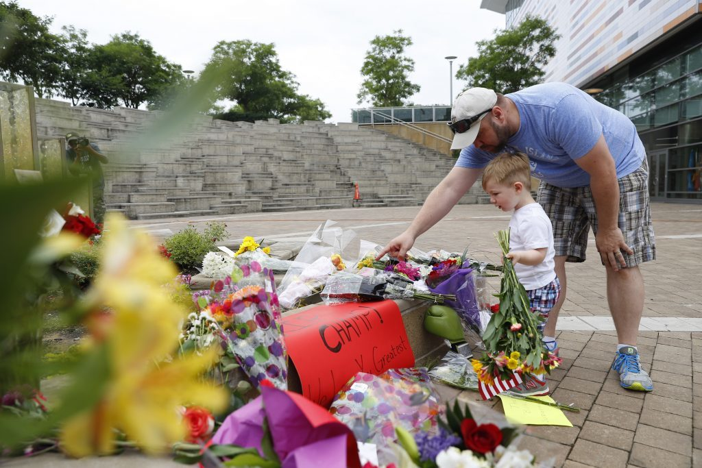 Mourners leave flowers at to Ali outside the Muhammad Ali Center in Louisville (Aaron P. Bernstein/Getty Images)