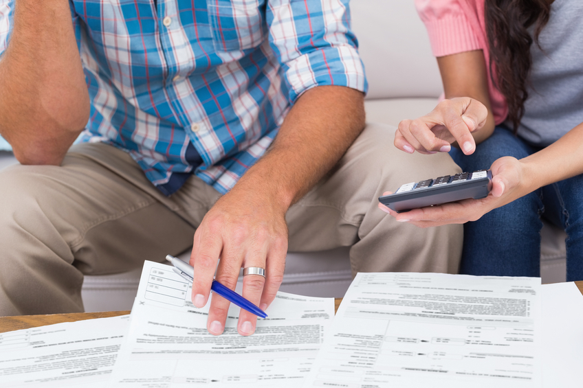 Couple calculating finances (Wavebreakmedia)