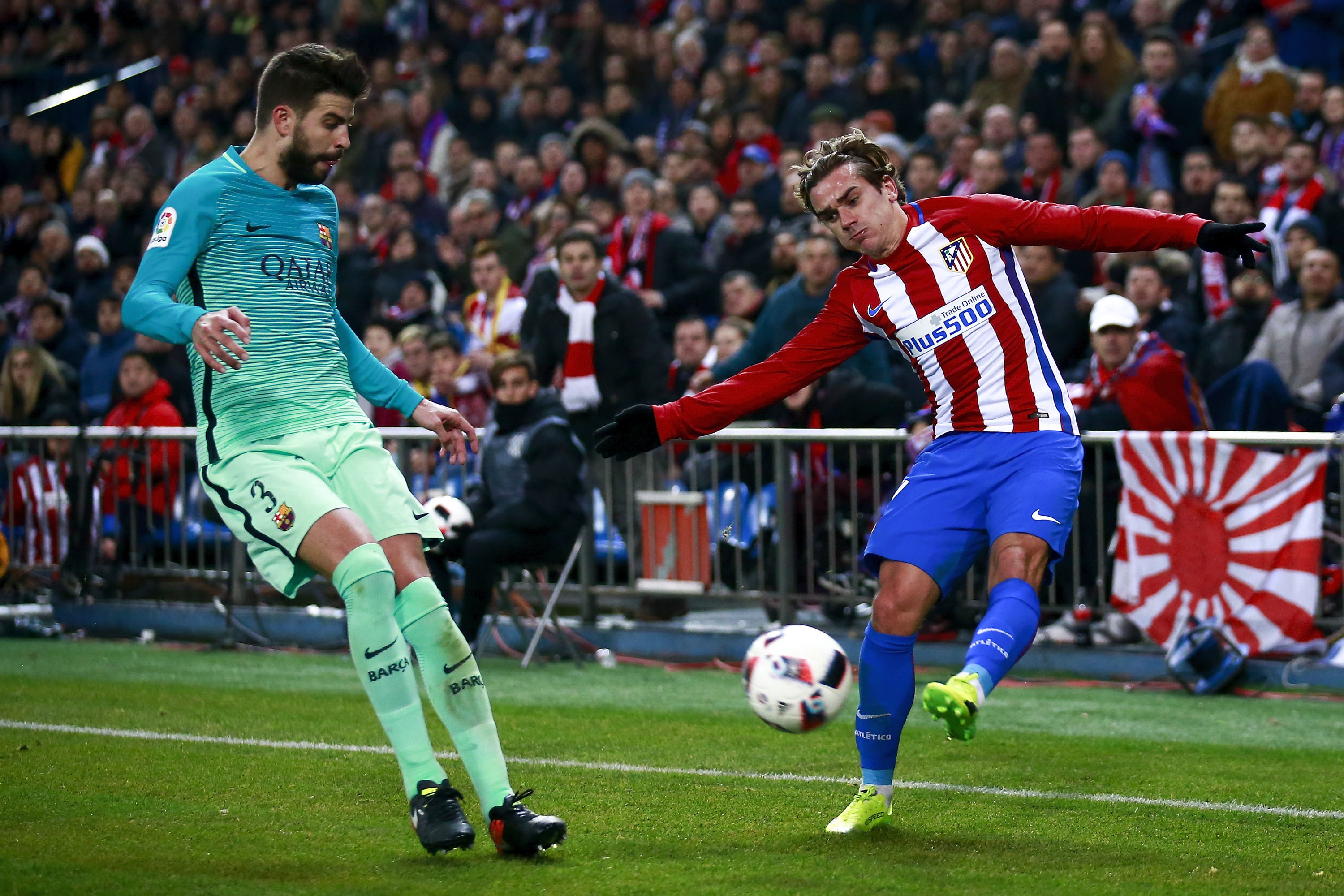 Antoine Griezmann (R) of Atletico Madrid in action against Barcelona (Gonzalo Arroyo Moreno/Getty Images)