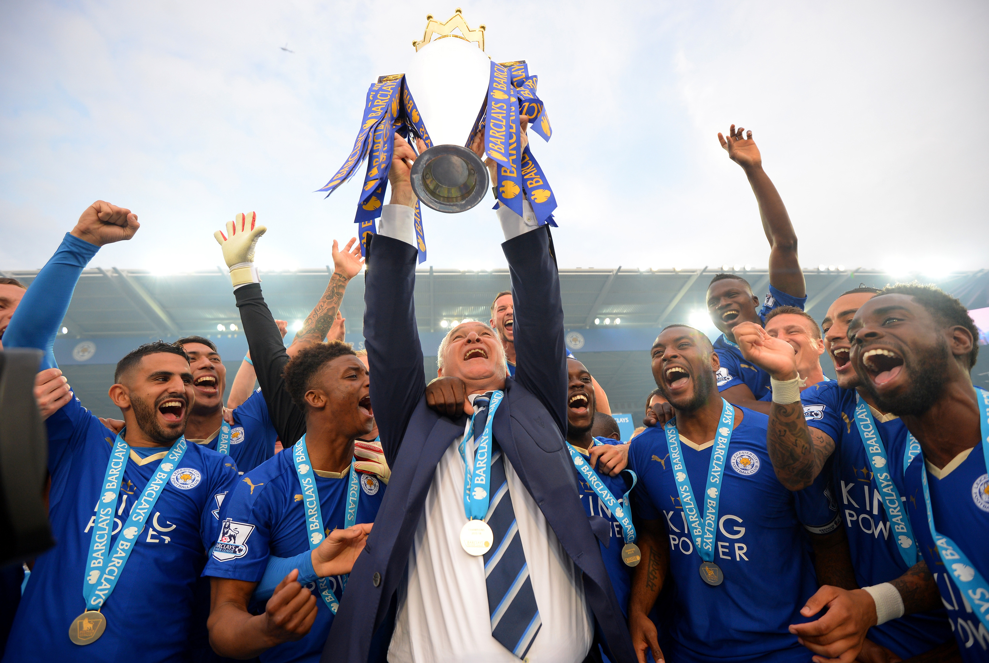 Claudio Ranieri lifts the Premier League Trophy (Michael Regan/Getty Images)