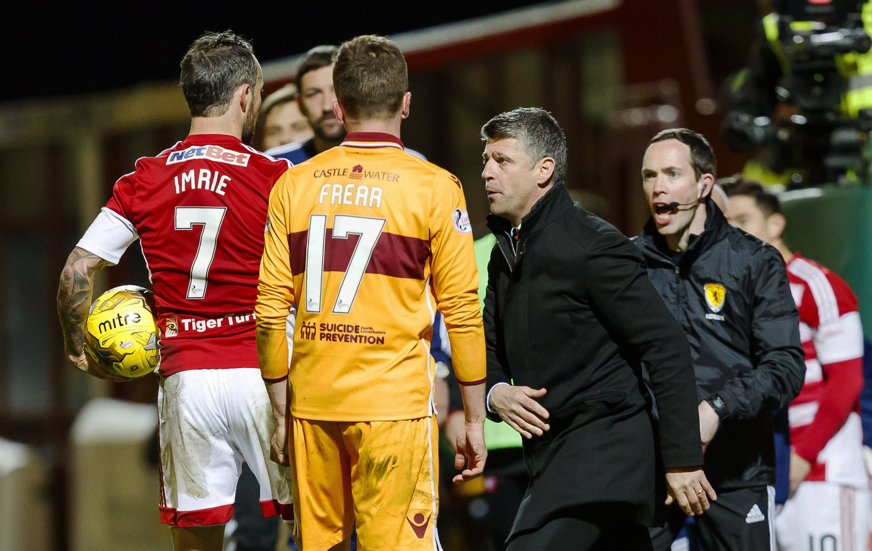 Motherwell manager Stephen Robinson (R) has words with Hamilton's Dougie Imrie in the dugout (SNS Group / Roddy Scott)