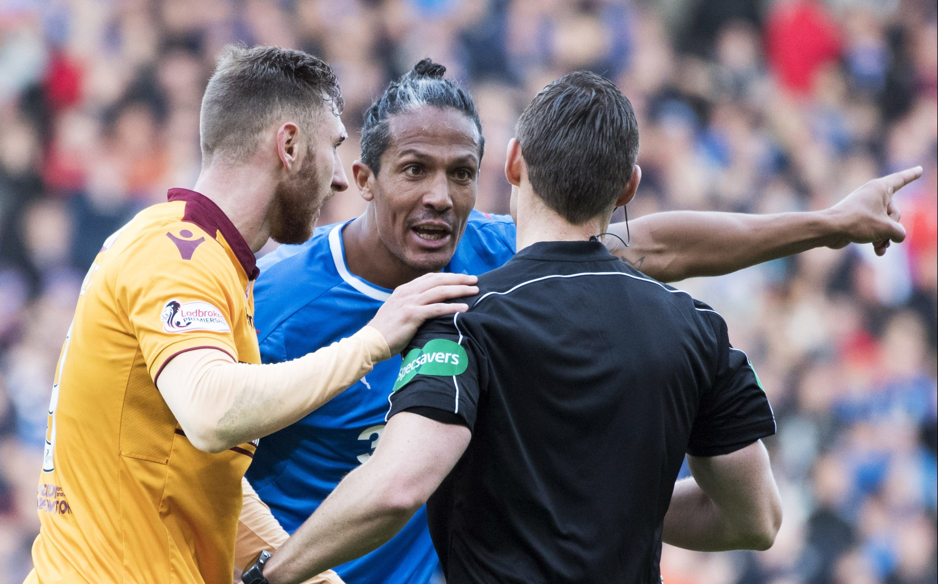 Rangers Bruno Alves (R) speaks with the referee and Motherwell's Louis Moult (SNS Group)