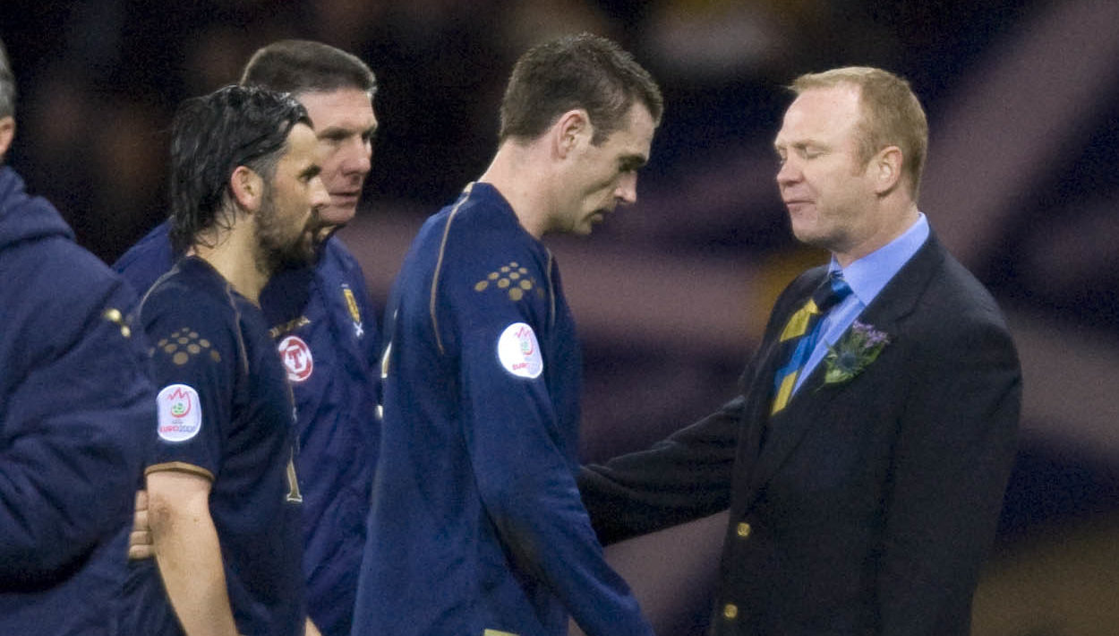 Manager Alex McLeish alongside his dejected players (SNS)