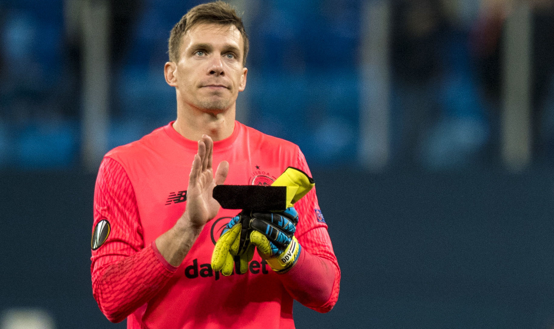 Celtic goalkeeper Dorus de Vries applauds the fans at full time (SNS Group / Craig Williamson)