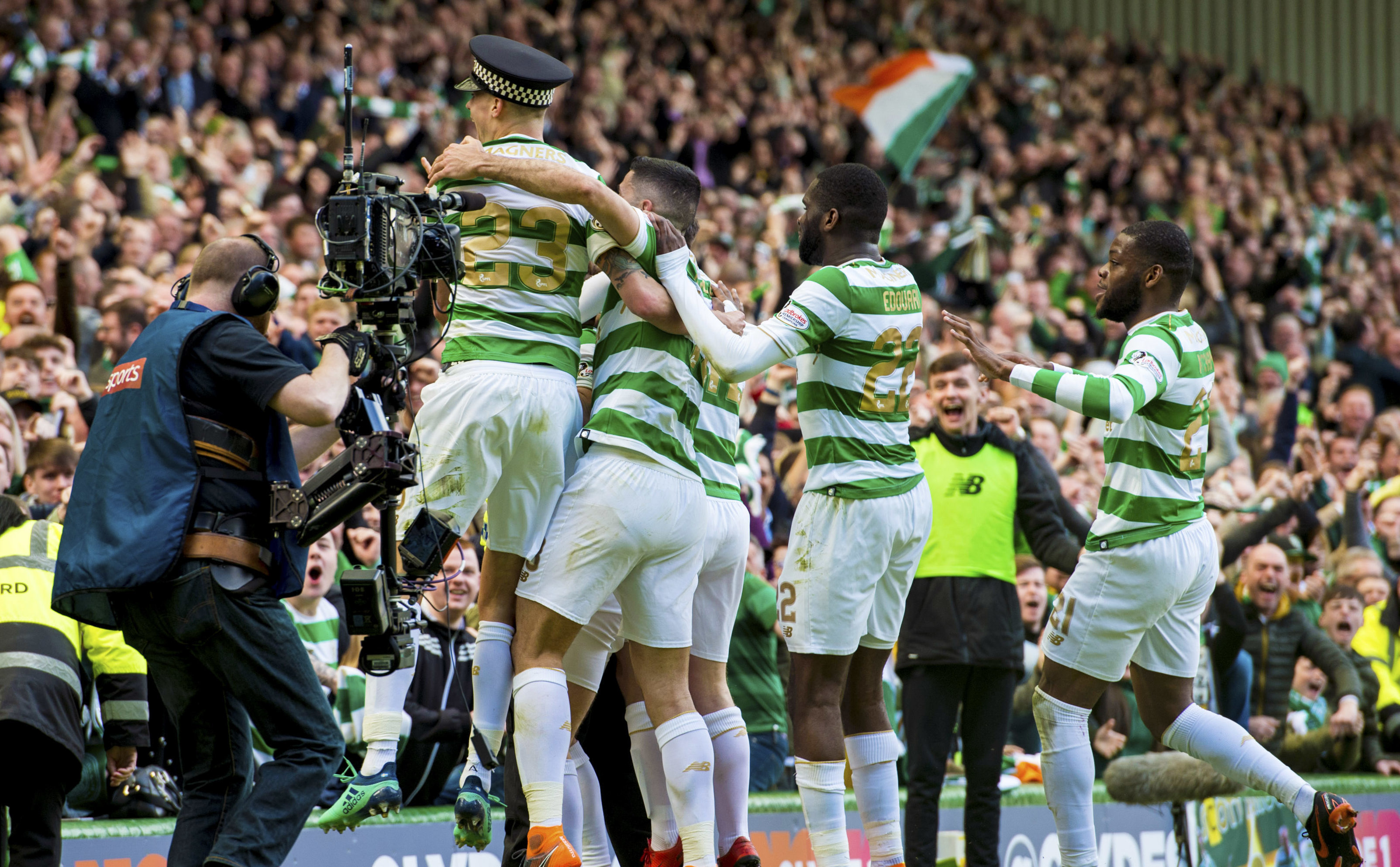 Celtic players celebrate (SNS Group / Alan Harvey)