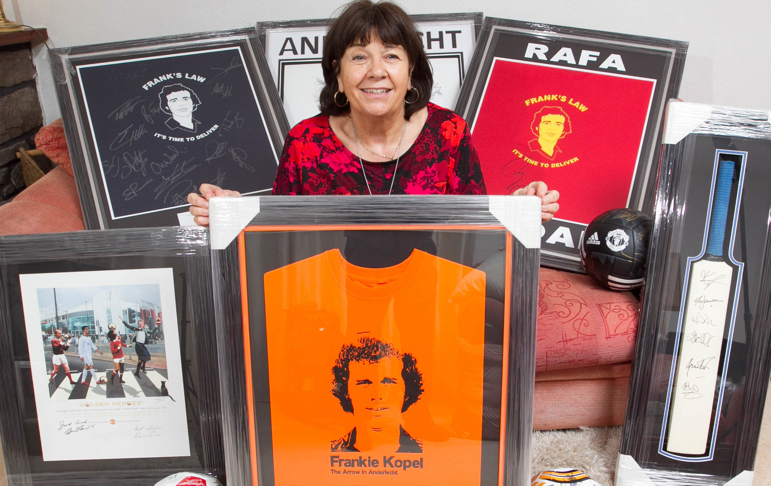 Amanda Kopel shows off the shirt signed by her late husband (Chris Austin / DC Thomson)