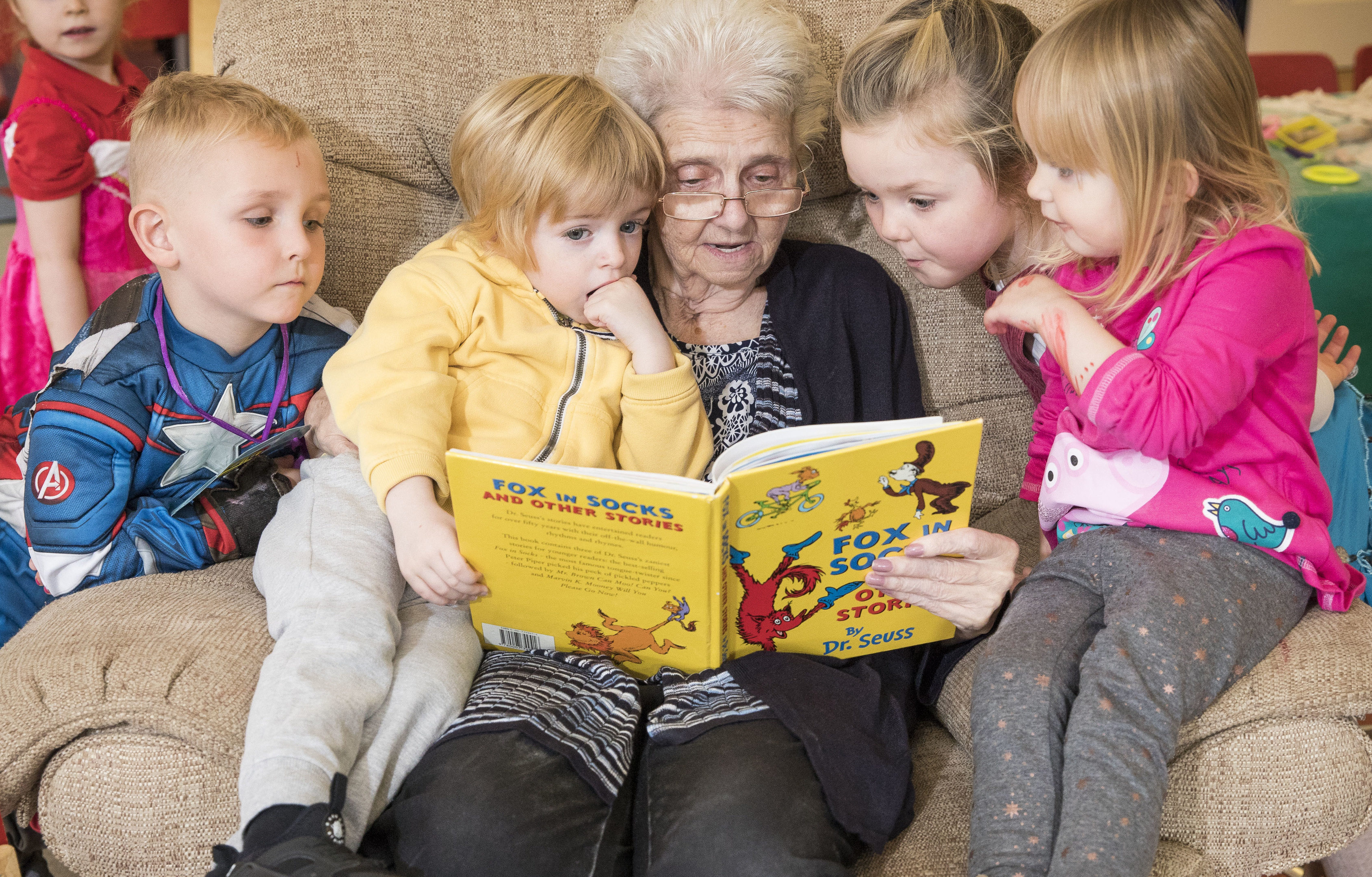 Agnes Gilmour reads to kids Cooper Mullin, Lewis Galloway, Agnes, Amelia Mitchell & Edie Kelly (Jamie Williamson)