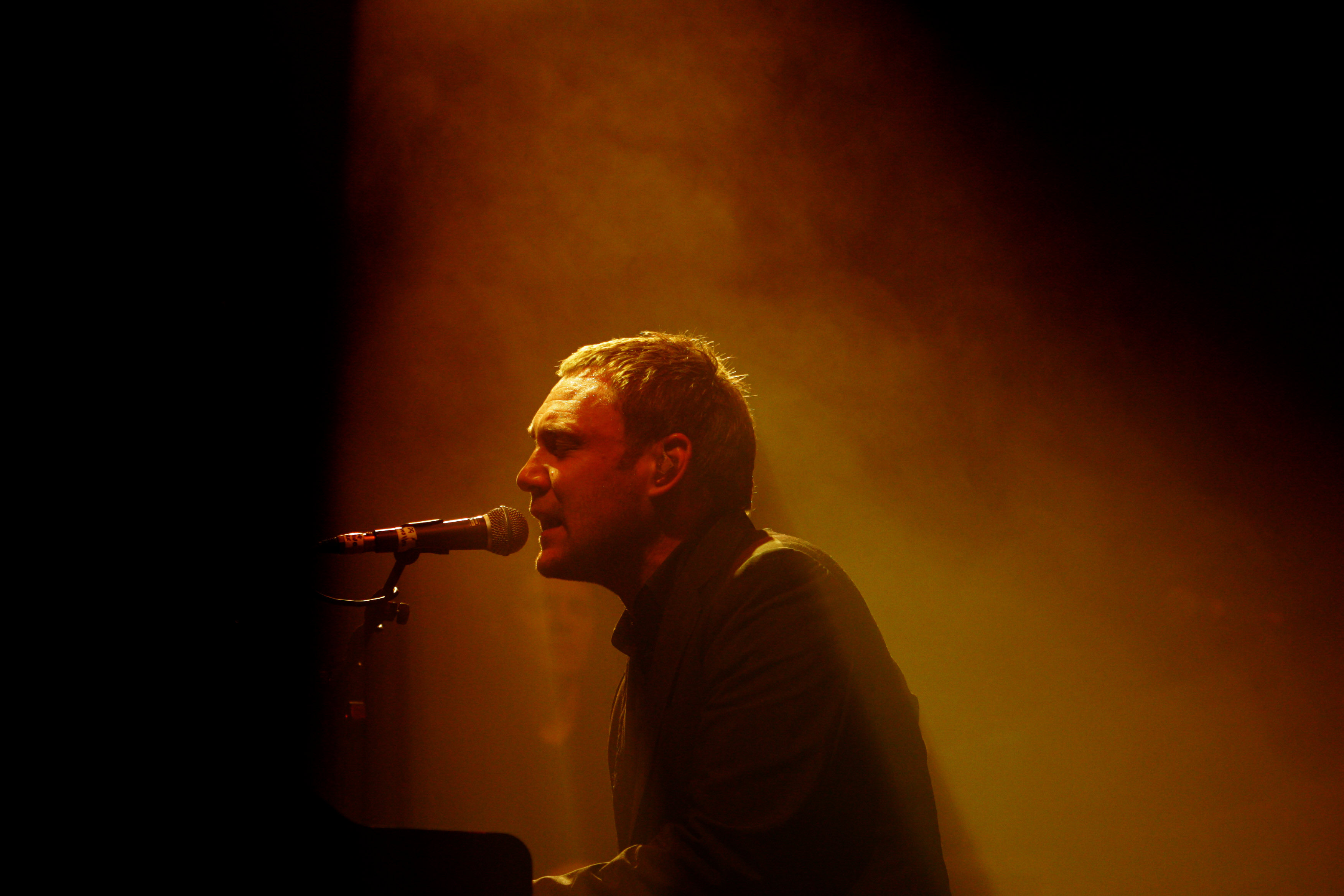 David Gray performing at the Byron Bay Blues and Roots music festival.
