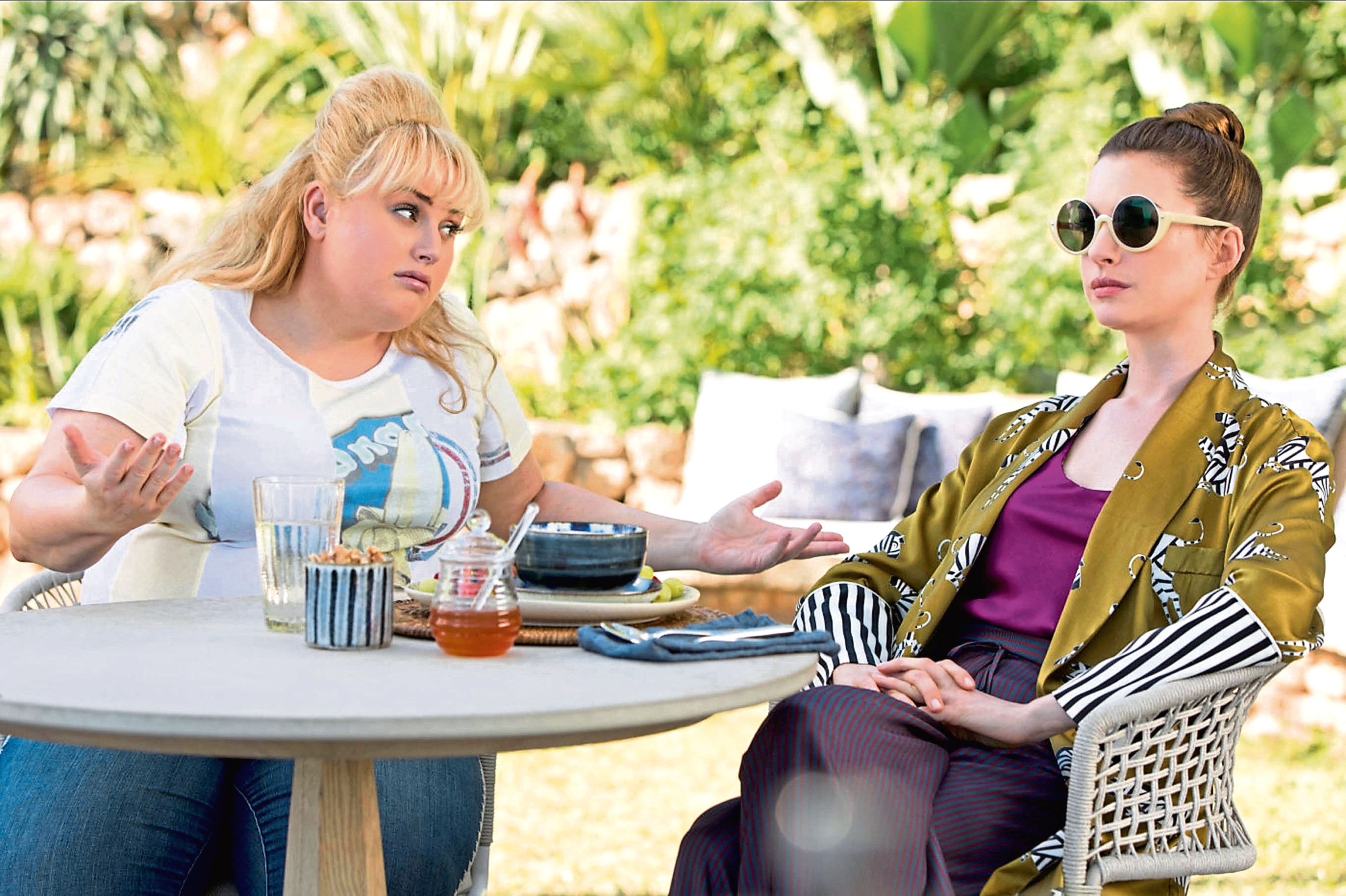 Rebel Wilson and Ann Hathaway in The Hustle