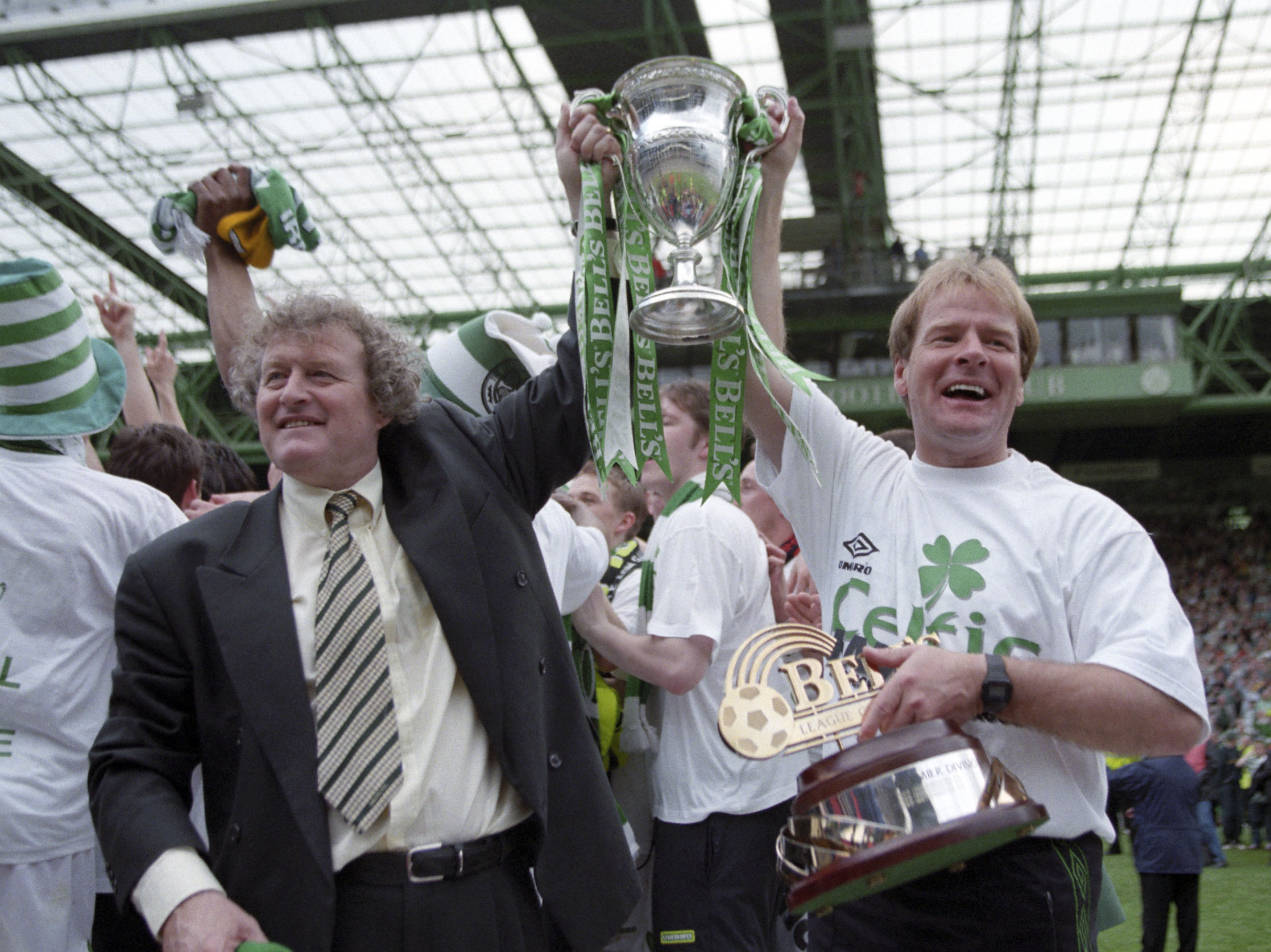 Celtic manager Wim Jansen (left) and assistant Murdo MacLeod show off the SPL trophy in 1998