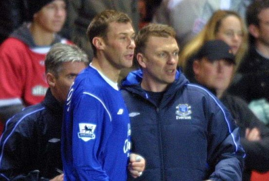 David Moyes passes on some instructions to Duncan Ferguson back in 2004