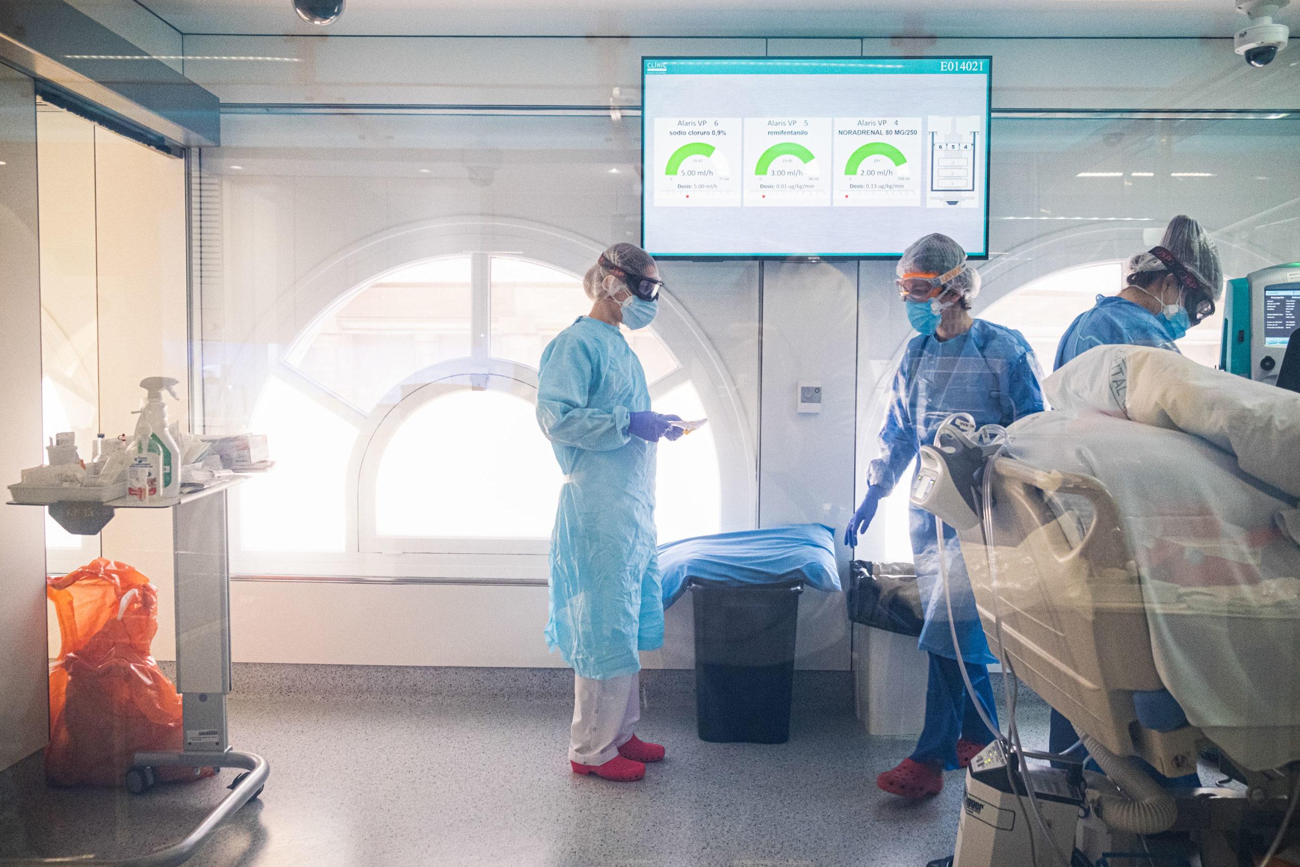 Intensive care team treats patients in Barcelona