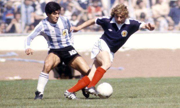 Argentina's Diego Maradona (left) with Asa Hartford in a Scotland v Argentina friendly.