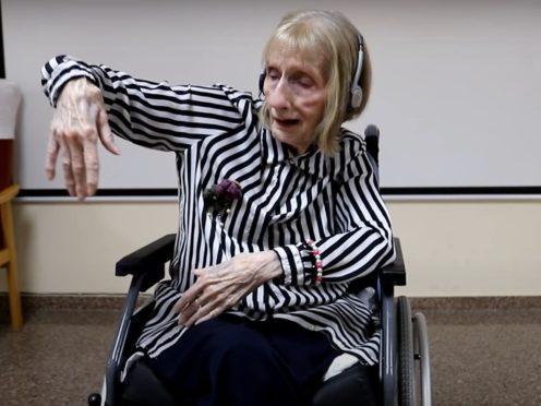 Former ballerina Marta C. González listens to Tchaikovsky's Swan Lake decades after performing the ballet (Asociación Música para Despertar)