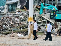 President Joko Widodo, centre, visiting quake-hit Mamuju, West Sulawesi (Indonesian Presidential Palace via AP)
