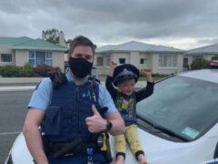 Constable Kurt with the boy (New Zealand Police/Screenshot)