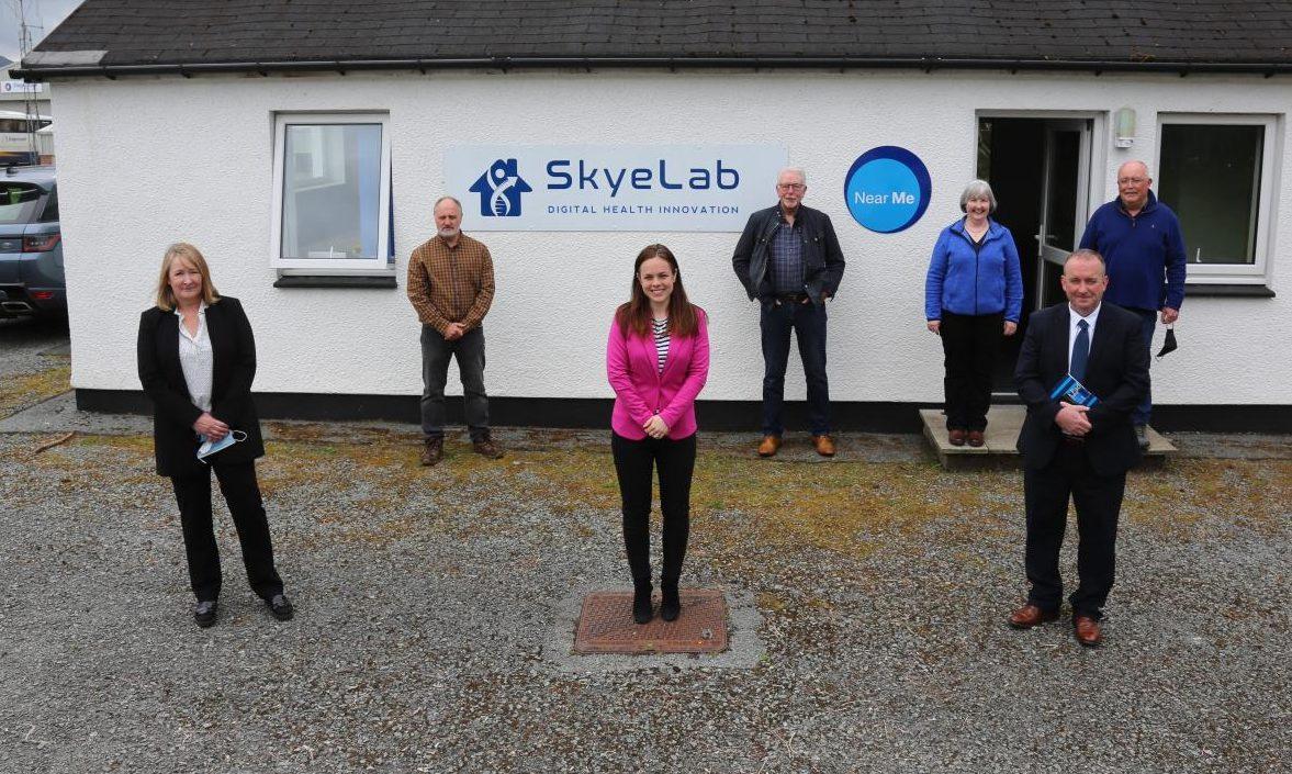 Back L-R: Campbell Grant (SkyeLab); Iain MacIvor (Lochalsh & Skye Housing Association); Anne Gillies (Raasay Community Council); Ronald MacDonald (SkyeLab). Front L-R: Mairi MacIvor (NHS Highland); Kate Forbes; Stewart MacPherson (HIE).