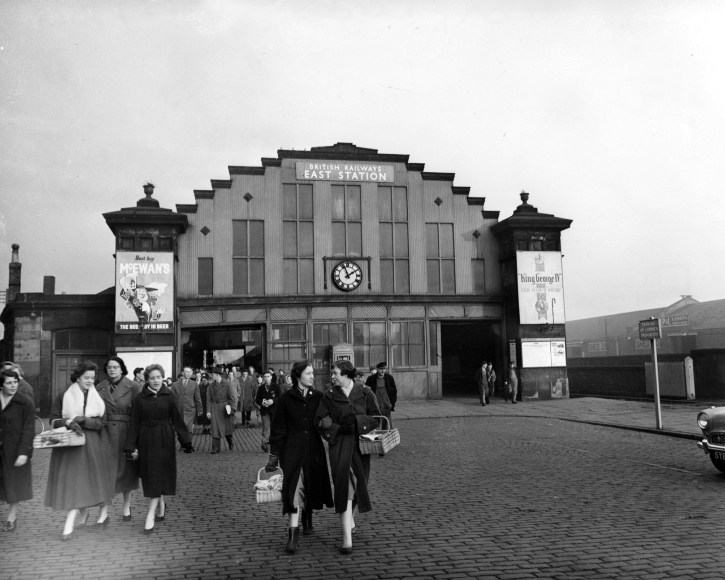 crowds leave Dundee East Station in 1958.