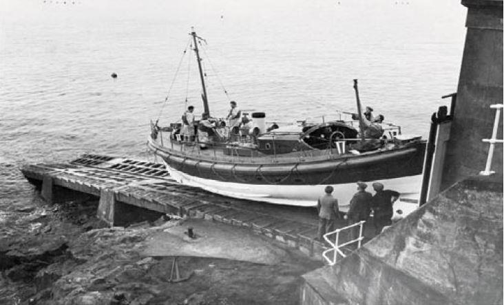 The W&S crew bringing the boat on to the slipway at Penlee.