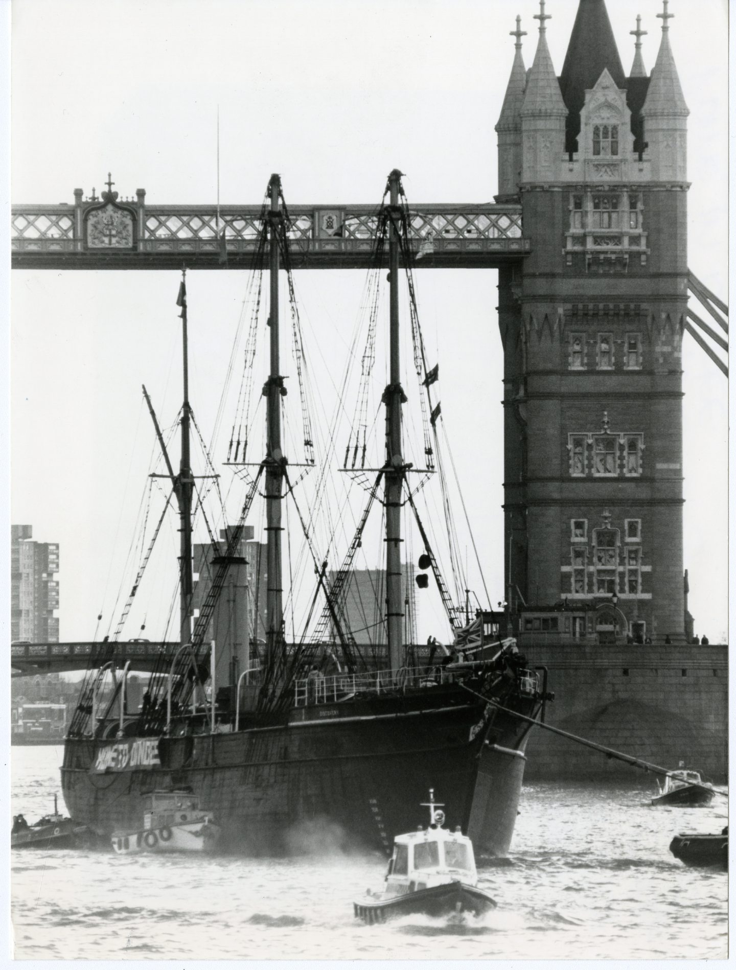 RRS Discovery passing Tower Bridge on its return journey to Dundee in 1986.