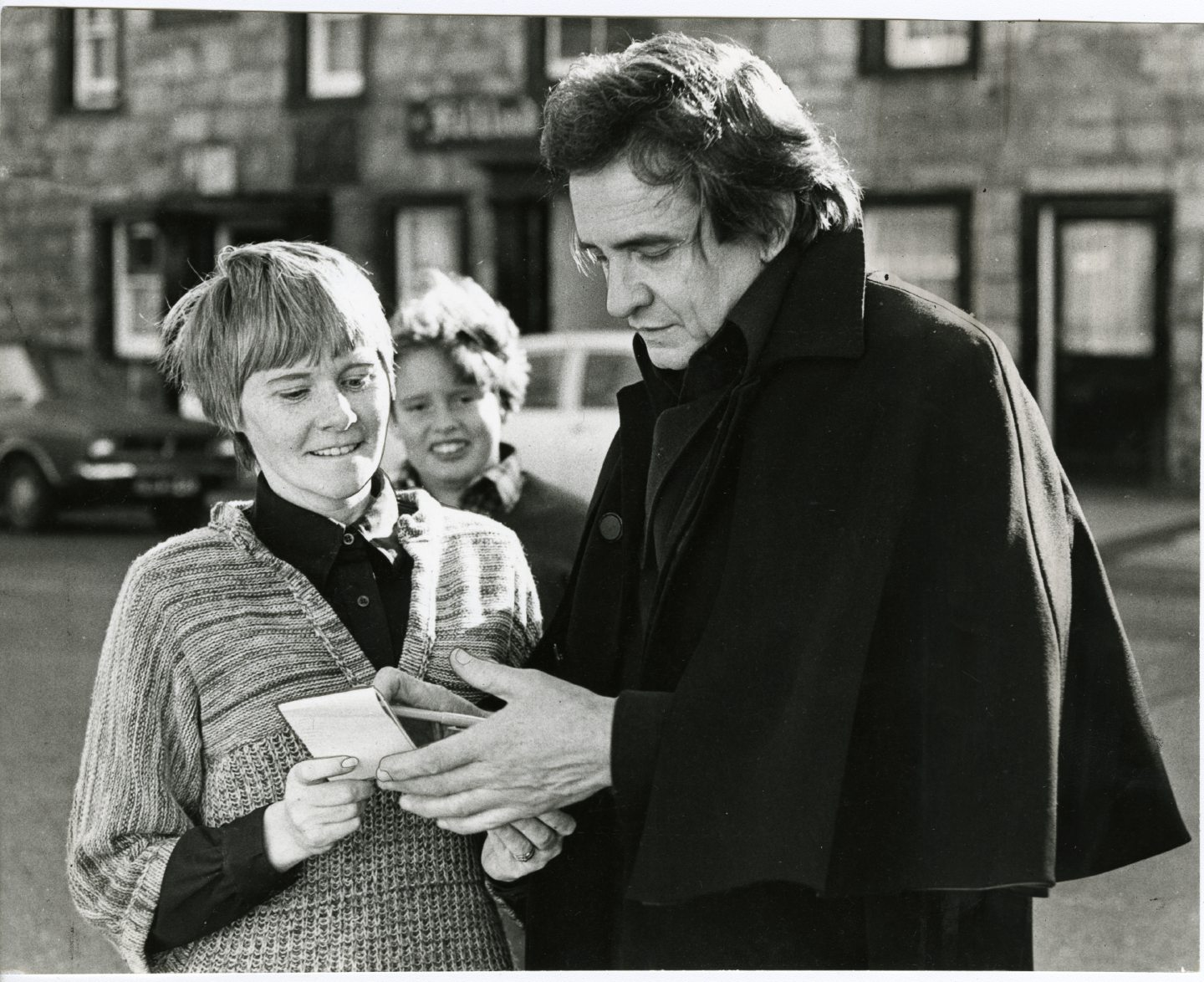 Johnny Cash signs an autograph for local Lillian Jenkins in Falkland during his time in Scotland.