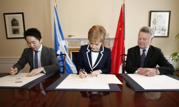 First Minister Nicola Sturgeon signing the Memorandum of Understanding with Chinese investment group SinoFortone and China Railway No 3 Engineering Group.