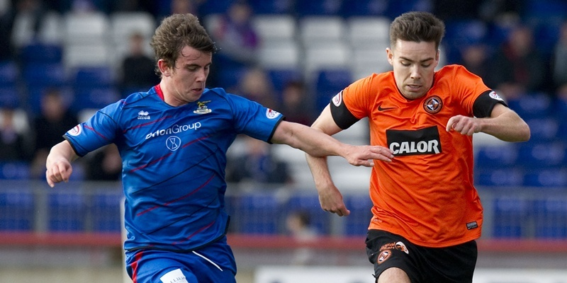 29/09/12 CLYDESDALE BANK PREMIER LEAGUE ICT v DUNDEE UTD (4-0) TULLOCH CALEDONIAN STADIUM - INVERNESS Ryan Dow (right) attempts to hold the ball off of ICT's Aaron Doran