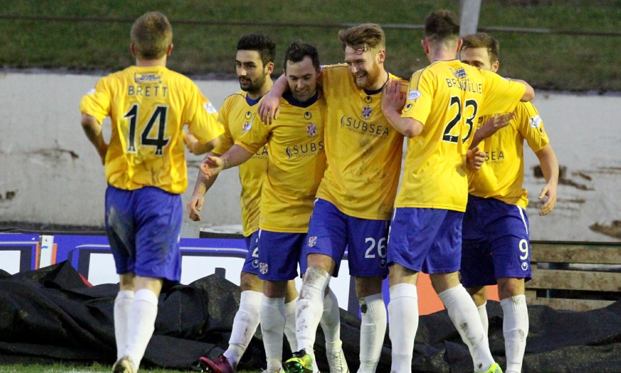 G Jennings pic, Cowdenbeath 2 - Dundee 0,  beath celebratre their 2nd goal