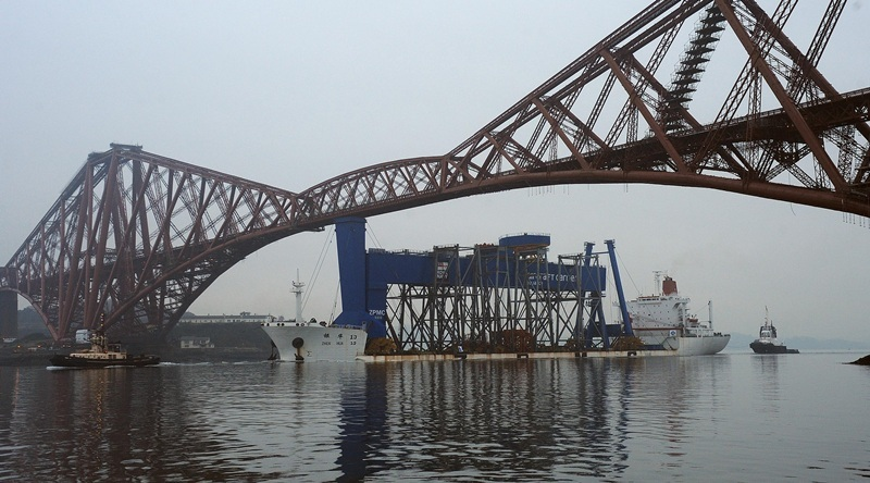 The Goliath crane comes up the Forth and under the bridges on the Zhen Hua from Shanghai