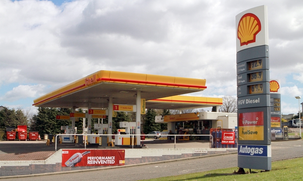 Petrol station, fuel prices at Dundee filling stations.   General view of Shell petrol station, at Forfar Road and Kingsway junction.