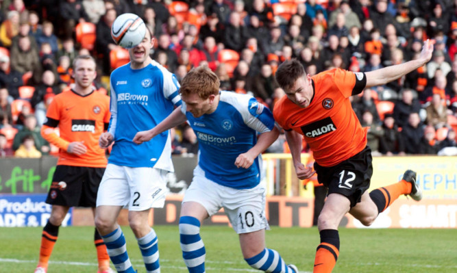 St Johnstones Liam Craig clashes with Keith Watson as the Saints recover from their Pittodrie off-day to claim a point at Tannadice.