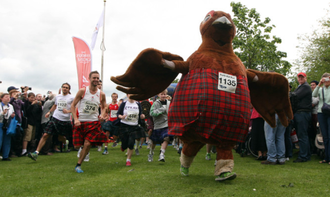 The kilt runs begins, being led by the race mascot.