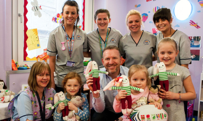 Andy Nicol surrounded by some of the children on the ward, student nurses and staff.
