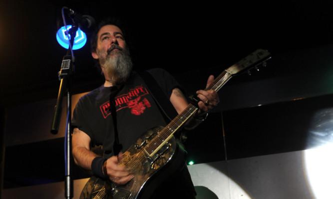 Dave Arcari performing at Beau Nightclub.