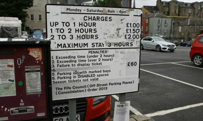 Murdo Fraser has called for a trial of free parking to rejuvenate town centres.