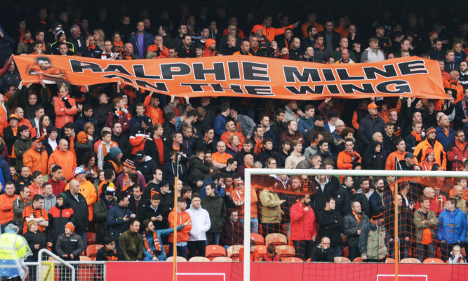 12/09/15 LADBROKES PREMIERSHIP  DUNDEE UNITED V KILMARNOCK  TANNADICE - DUNDEE   Fans pay their tributes to the late Dundee United legend Ralph Milne at Tannadice.
