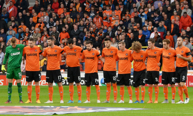 United's players observe the minute's silence.