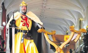 Brian McCutcheon, as Robert the Bruce, alongside the throne.
