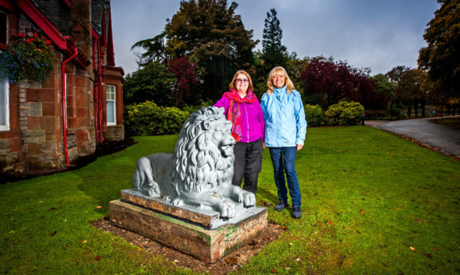 From left: Artist/sculpture Eunice Cameron and Alice Soper alongside the parks' famous stone lions.
