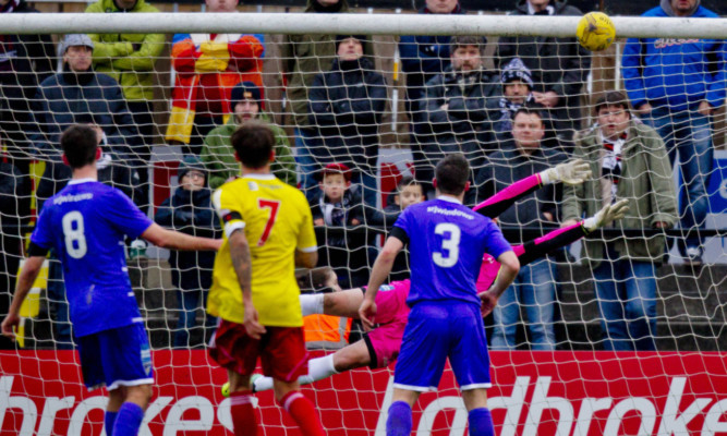 Dunfermline took the lead against Albion Rovers but were pegged back by a fine strike.
