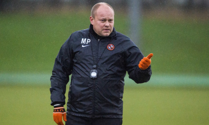 Mixu Paatelainen gives out instructions during training.