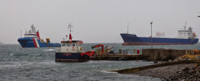 Briggs Groups Kingdom of Fife with the stranded Lysblink cargo vessel in tow.