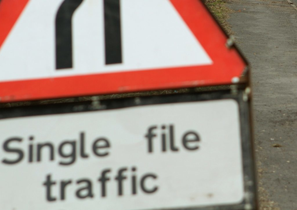 Single file traffic sign. By Dougie Nicolson. COURIER, DOUGIE NICOLSON, 23/03/16, NEWS. Pic shows the roadworks at Almondbank today, Wednesday 23rd March 2016. Story by Perth office.