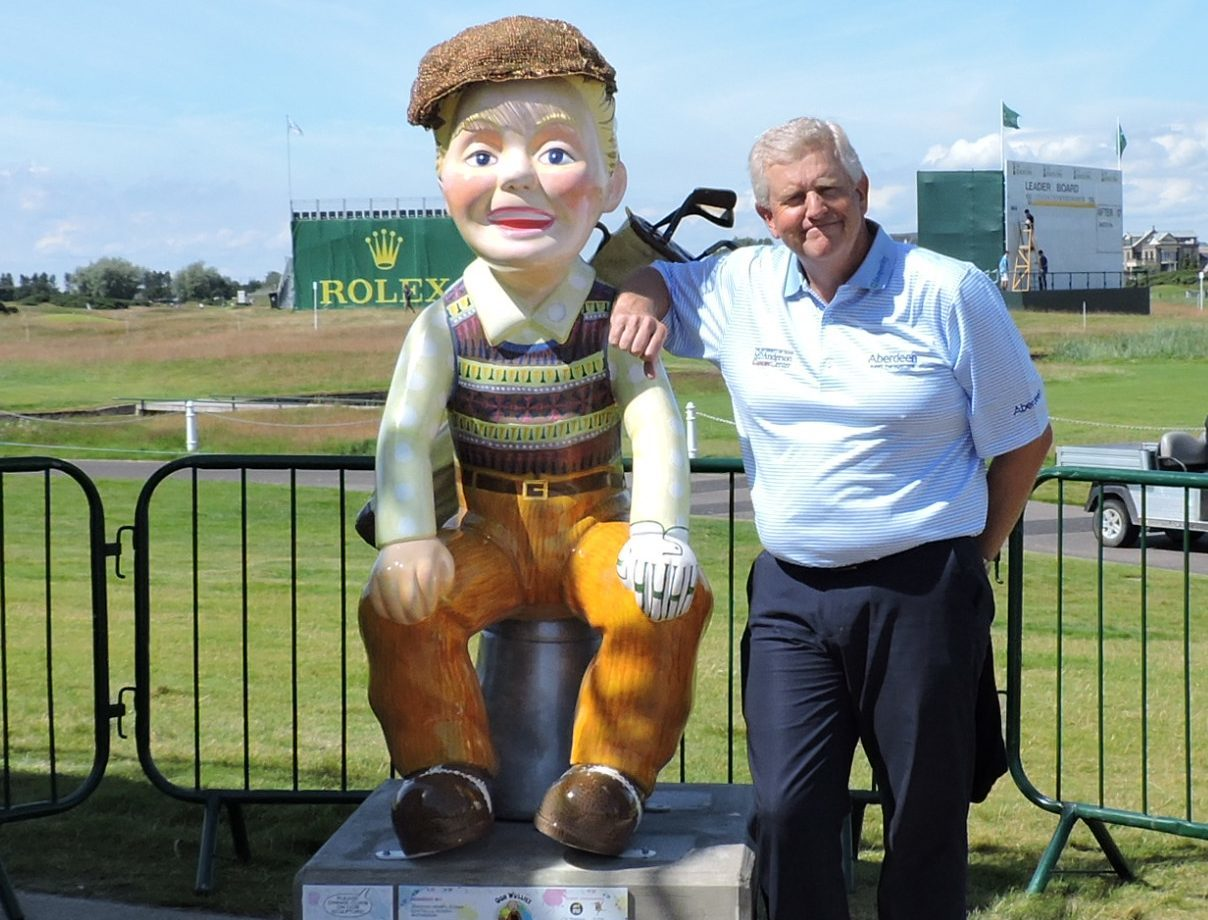 Colin Montgomerie with the Oor Wullie statue at Carnoustie links.